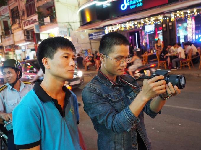 Phóng viên Báo Pháp luật Việt Nam tác nghiệp tại TP Hồ Chí Minh.