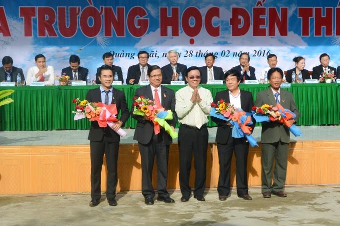 Đại diện OCB (bên trái) nhận hoa cảm ơn từ BTC.