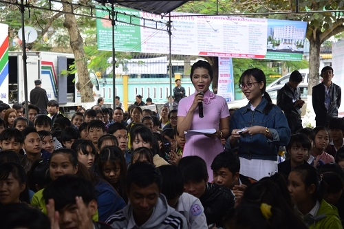 Thí sinh tham gia đặt câu hỏi tại chương trình.