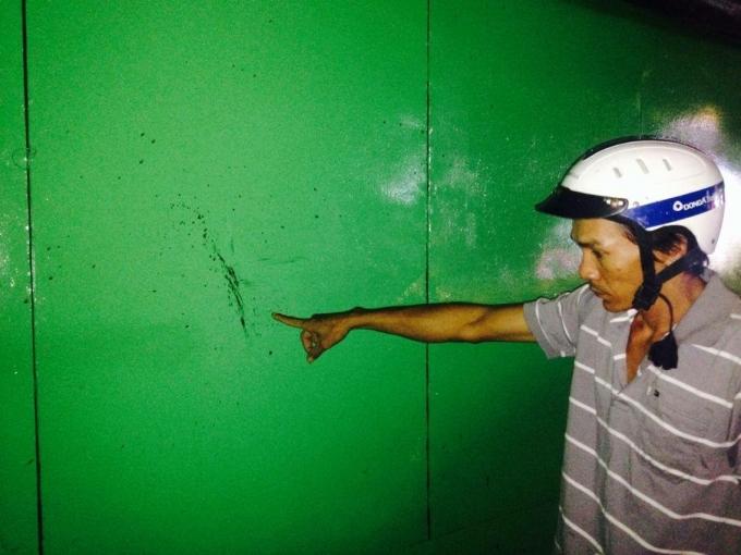 Máu của nạn nhân bắn lên tấm tôn ở đầu hẻm 225 đường Khánh Hội. Ảnh: Phạm Thịnh.