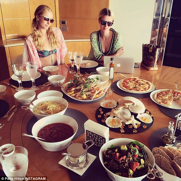 Người đẹp cùng em gái Nicky bên bàn ăn sang trọng. Ảnh: Dailymail