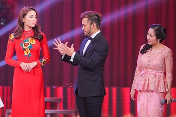 Hoa hậu Kỳ Duyên xuất hiện nổi bật trong một bức hình khác khi diện tà áo dài đỏ bên ảo thuật gia Petey Nguyễn và MC Ốc Thanh Vân. Ảnh: Internet