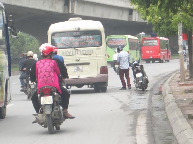 Xe khách dừng trên tuyến đường Phạm Hùng.