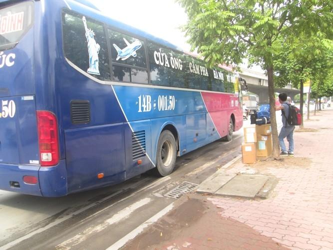 Xe đỗ trên đường để vận chuyển hàng hóa và bắt khách.