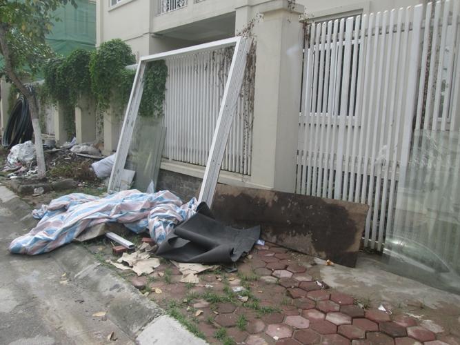 Sự hoang tàn dẫn đến những bãi rác nằm ngỗn ngang hai bên đường