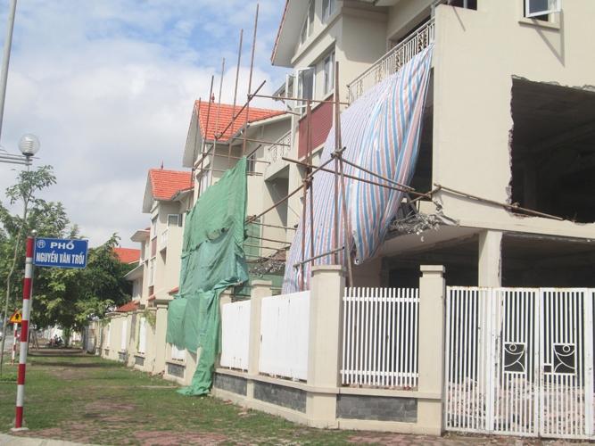 Sự tàn phá ghê ghớm ở những căn biệt thự bỏ hoang trên phố Nguyễn Văn Trỗi