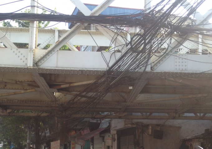 Những búi dây điện san sát nhau.