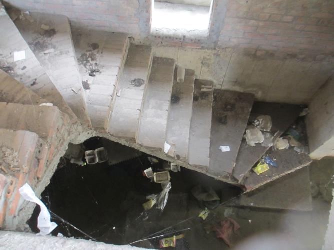 Rác và nước đọng thành ao dưới tầng hầm.