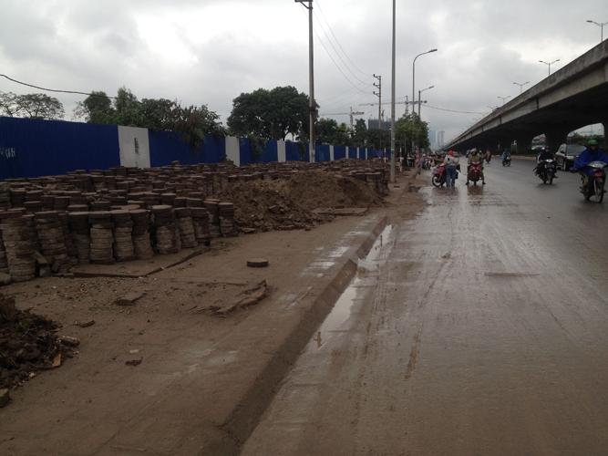 Con đường trở nên lầy lội khi trời mưa.