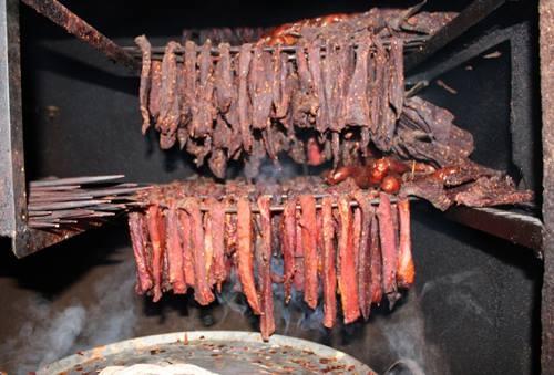Thịt trâu được sấy thủ công.