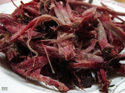 Chỉ khi bóc thịt ra dùng mới phân biết được đâu là thịt giả đâu là thật. (Ảnh internet)