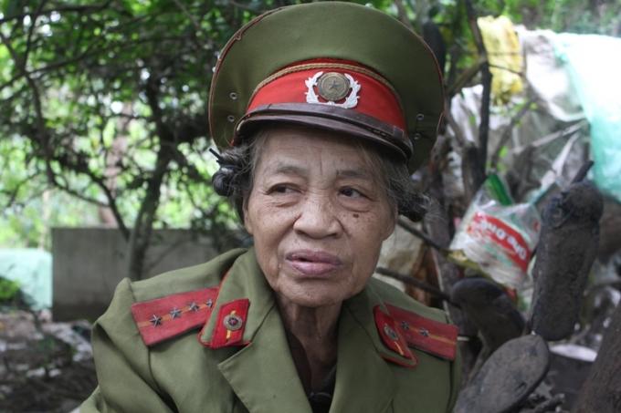Bà Phạm Hải Huệ sống trong nghĩa địa bên cạnh ngôi mộ bố mẹ mình.