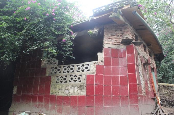 Ngôi nhà có hình dáng kỳ lạ này là nơi đặt 2 ngôi mộ của cha mẹ bà Huệ.
