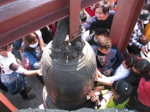 Lên đến chùa Đồng, người dân sờ tay, xát tiền vào chuông để cầu may. Anh Nguyễn Văn Bắc (36 tuổi, quê Hải Dương) cho biết, đi xe máy cùng nhóm bạn đến Yên Tử từ 4h sáng.