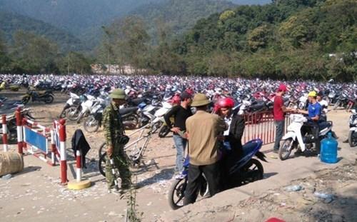 Ngày 17/2, tức mùng 10 tháng giêng, Yên Tử mới khai hội. Tuy nhiên, trong những ngày nghỉ Tết nơi này luôn đông khách, bãi để xe thường xuyên chật kín.