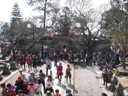 Lễ hộiYên Tử kéo dài suốt 3 tháng mùa xuân. Theo Ban tổ chức, những ngày nghỉ Tết Bính Thân vừa qua, Yên Tử đón trên 100.000 lượtdu khách thập phương.