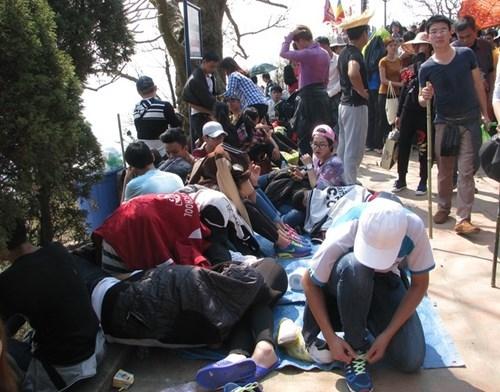 Tại chùa Hoa Yên, một nhóm bạn trẻ dải bạt làm chỗ nghỉ ngơi