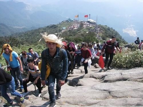 Tổng chiều dài từ chân lên đến đỉnh núi Yên Tử khoảng 6.000 m đường rừng núi, hàng chục nghìn bậc đá trơn trượt.