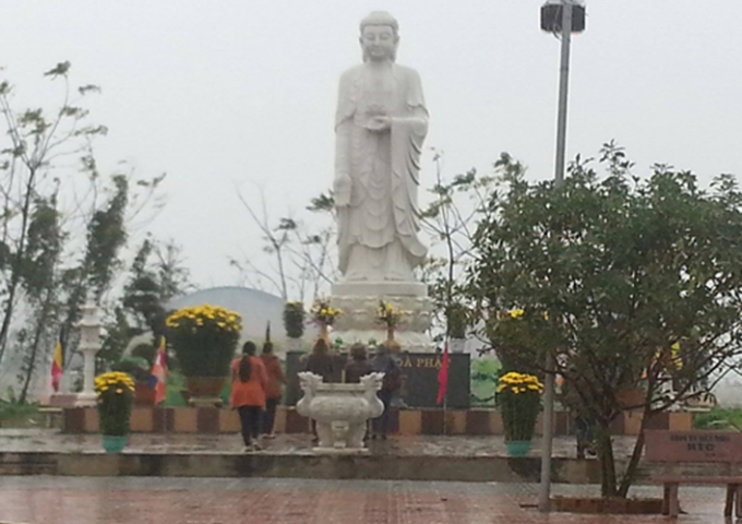 Mọi người đến lễ Phật để cầu mong yên bình đến với gia đình người thân.