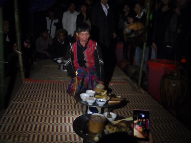 Già làng làm lễ trước khi vào hội đập trống.
