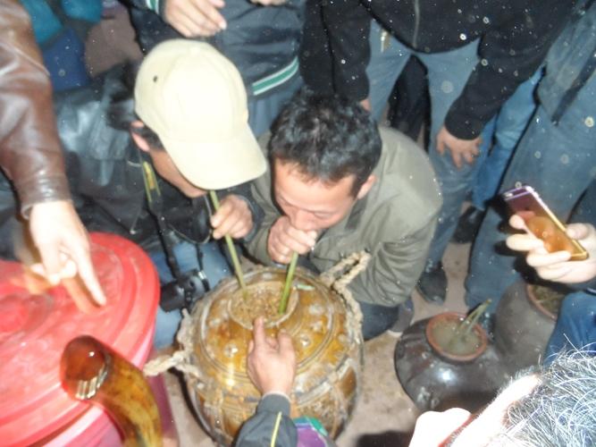 Cùng nhau uống rượu hiêng, trong tiếng nhạc tiếng trống của người Ma Coong.