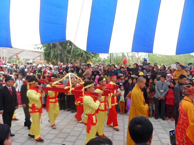 Lễ rước nước đã về tới chùa trước sự chứng kiến của đông đảo người dân tham dự.