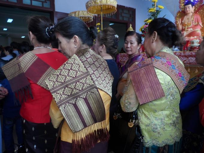 Sự xuất hiện của các phật tử đến từ nước bạn Lào càng làm cho đại lễ thêm màu sắc.