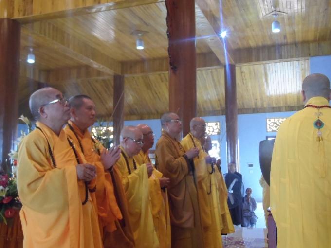 Các vị hòa thượng cùng thắp nén hương cầu an trong ngày đại lễ.