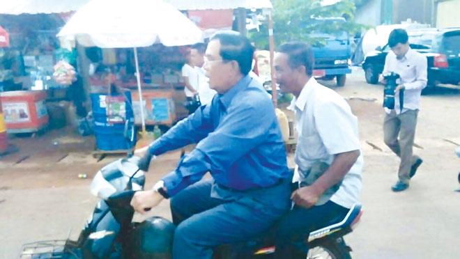 Thủ tướng Campuchia Hun Sen bị cảnh sát giao thông phạt vì không đội mũ bảo hiểm khi lái xe máy cuối tuần trước.