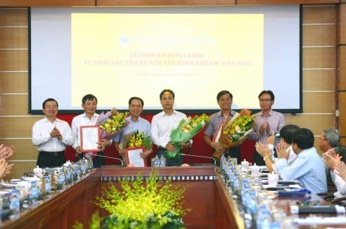 Lãnh đạo Tập đoàn dầu khí Quốc gia Việt Nam trao quyết định và chúc mừng các Phó tổng giám đốc.