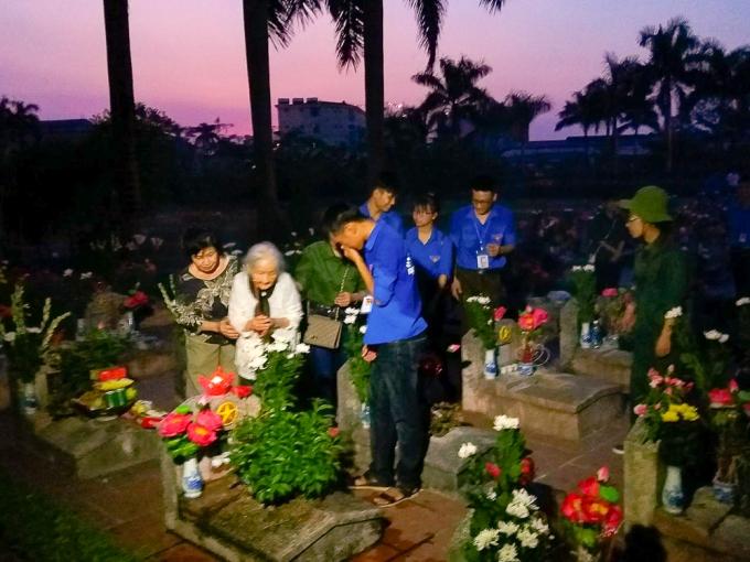 Cũng cùng trong chiều ngày 26/7 cả đoàn cảm động trước hình ảnh một người mẹ Việt Nam anh hùng đã 92 tuổi về nghĩa trang liệt sĩ thắp cho con trai nén hương.