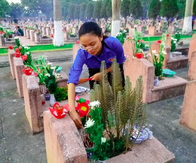 Đoàn đã thành kính dâng lên từng phần mộ liệt sĩ những nén hương thơm tưởng nhớ công ơn các anh hùng liệt sĩ.