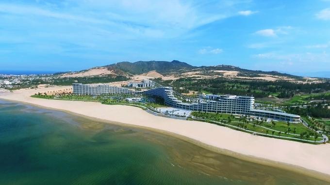Khách sạn FLC Luxury Hotel Quy Nhơn uốn lượn trên chiều dài gần 1 km được tổ chức Property Report bình chọn là khách sạn có kiến trúc độc đáo nhất Việt Nam năm 2016.