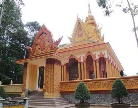 Ngoài ra còn có nhiều ngôi chùa khác được đại gia Trầm Bê xây dựng tại Trà Vinh như chùa Bến Có (4 tỷ), chùa Mới (7 tỷ) và chùa Tà Điêu (6 tỷ)..... Ngoài ra, vị đại gia này còn bỏ ra 6 tỷ để xây một ngôi chùa ở huyện Vũng Liêm, Vĩnh Long.