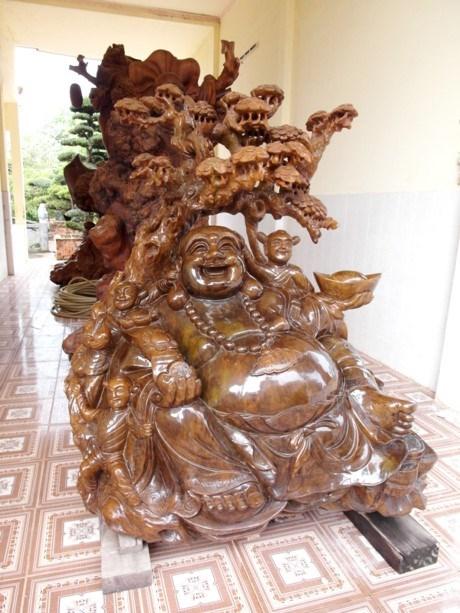 Là một Phật tử nên xung quanh dinh thự của đại gia Trầm Bê có rất nhiều tượng Di Lặc bằng gỗ nguyên khối.