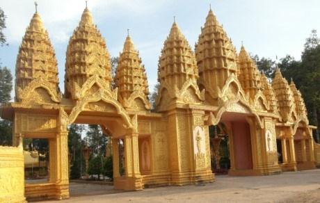 Chùa Vàm Ray tọa lạc tại xã Hàm Giang, huyện Trà Cú, tỉnh Trà Vinh, ngôi chùa này có diện tích rộng nhất trong số 9 ngôi chùa ông Trầm Bê công đức, tổng số tiền vị đại gia này đã bỏ ra xây ngôi chùa là 50 tỷ đồng.