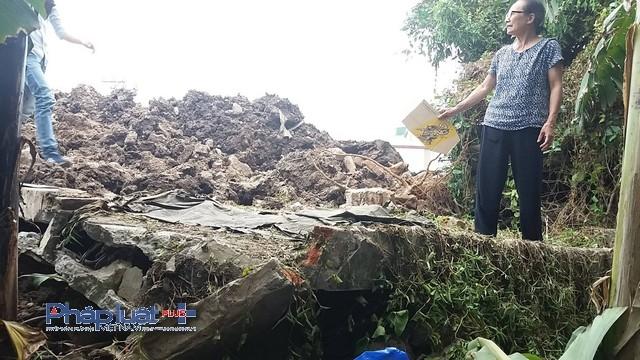 Phần tường bị xô đổ và phần đất san lấp đất bất hợp pháp.