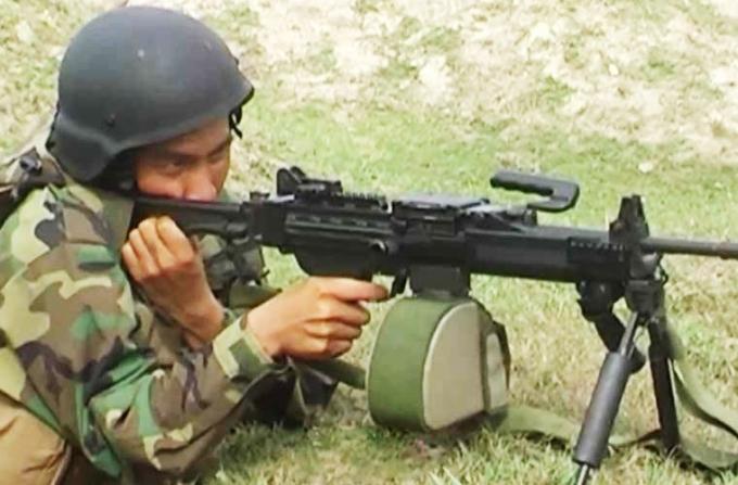 Với trọng lượng nhẹ, nhỏ gọn và độ tin cậy cao, đặc biệt là khả năng sử dụng như một súng trường tấn công (sử dụng hộp tiếp đạn STANAG) hay một súng máy hạng nhẹ (dây đạn 150 hay 200 viên)… Negev được đánh giá là một trong những súng máy hạng nhẹ hàng đầu thế giới, và hiện là một trong những khẩu trung liên hiện đại nhất của Việt Nam.
