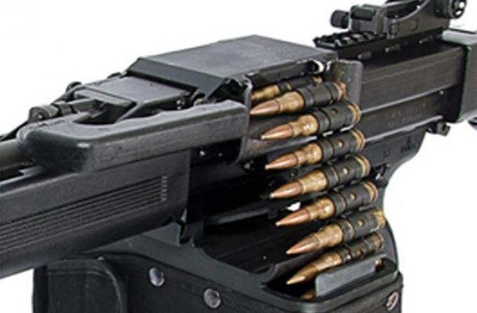 Súng có thiết kế kín để tránh bụi bẩn bám vào, trên khe tiếp đạn có một tấm lót với lò xo đẩy, giúp gạt bụi từ viên đạn tiếp vào trong buồng đạn. Điều này rất có lợi, khi làm cho súng hoạt động hiệu quả hơn và tầng suất bảo trì cũng cách xa hơn so với súng cùng loại.