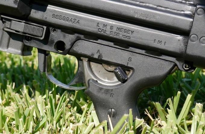 """Súng có 3 chế độ bắn các với tốc độ khác nhau: Tốc độ bắn từ 850 - 1.150 viên/phút khi sử dụng hộp tiếp đạn STANAG hay của Galil; 850 - 1.150 viên/phút với dây đạn 150 viên. Súng máy Negev có 3 chế độ làm việc: """"1"""" - thiết lập bắn ở điều kiện bình thường; """"2"""" - thiết lập dành cho điều kiện thời tiết xấu; """"3""""- dành cho việc khởi động súng phóng lựu."""