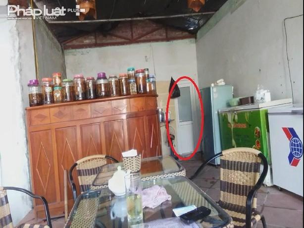 8 m2 nhà vệ sinh không bị phá dỡ,tường gạch công trình vi phạm vẫn còntheo như ông Bình cho biết.