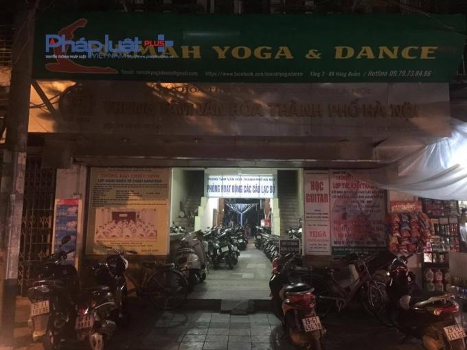 Trung tâm văn hóa thành phố Hà Nội biến thành điểm trông xe qua đêm.