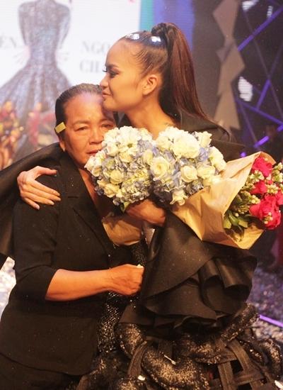 Mẹ Ngọc Châu ôm mừng con gái trong chung kết. Ảnh:Mai Nhật.