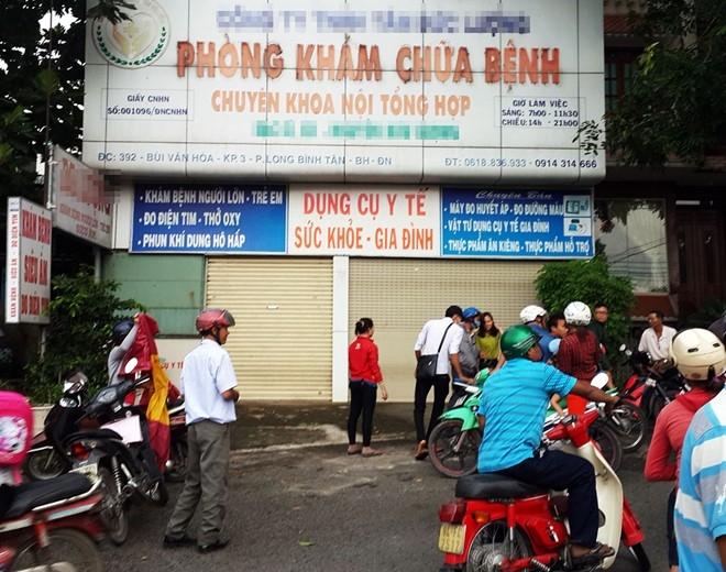 Nhiều người tụ tập trước phòng khám bác sĩ Dương. Ảnh:N.A.