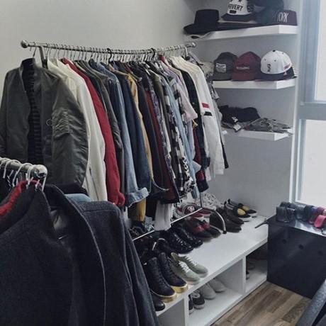Góc riêng để chật kín quần áo, mũ nón, giày dép của Sơn Tùng M-TP.