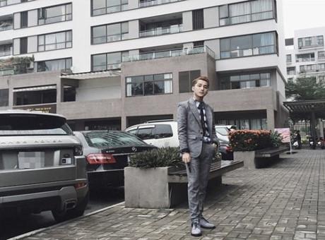 Một số bức ảnh mà nam ca sĩ chụp lại được cho là đứng dưới khu nhà cao tầng hiện đại.