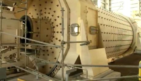 Những chiếc máy khổng lồ luôn sẵn sàng cho hoạt động khai mỏ.