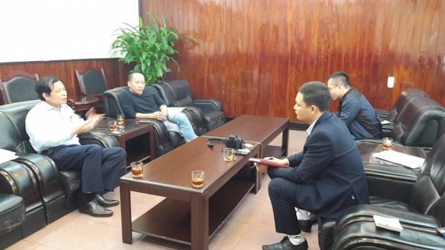 Ông Phạm Văn Thư (áo trắng) tại buổi làm việc với phóng viên.