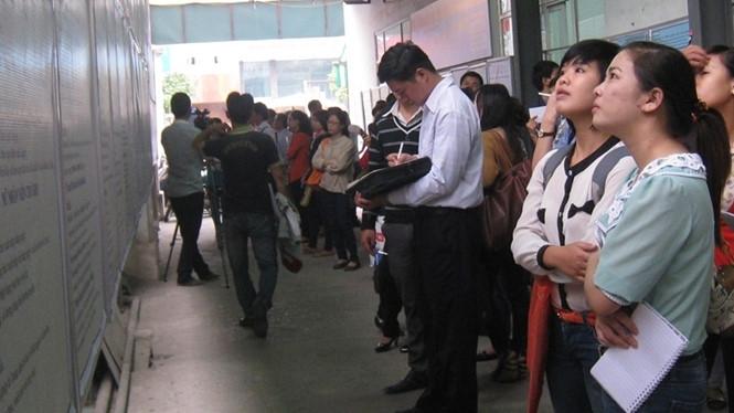Lao động trẻ tìm việc làm tại Trung tâm giới thiệu việc làm Hà Nội