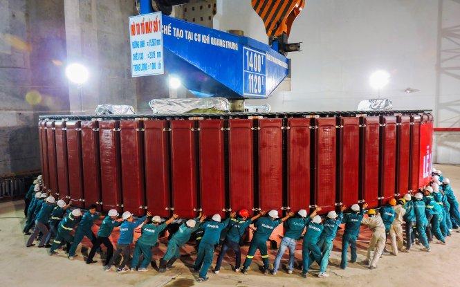 Lắp đặt rôtô tổ máy phát điện số 1 nặng cả nghìn tấn đảm bảo an toàn, đưa tổ máy số 1 đi vào vận hành trước ba tháng, mang lại nguồn lợi cho nhà máy hàng nghìn tỉ đồng - Ảnh: EVN cung cấp